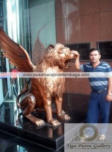 patung tembaga singa terbang