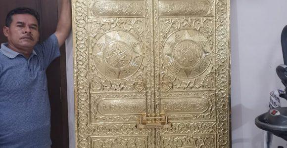 Replika Pintu Kabah dari Kuningan